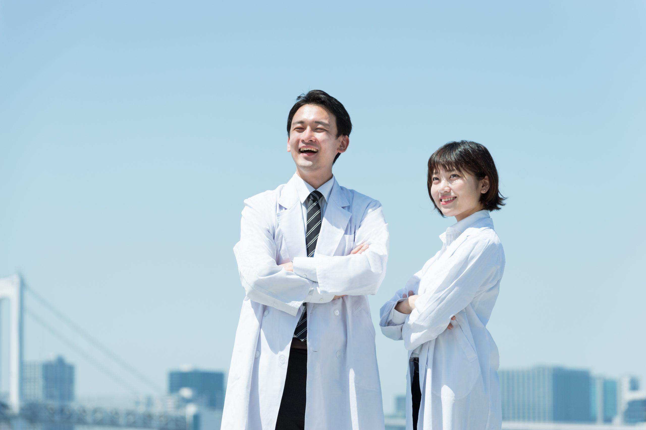 研究者 白衣を着た男女